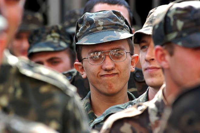 У солдата астигматизм глаз