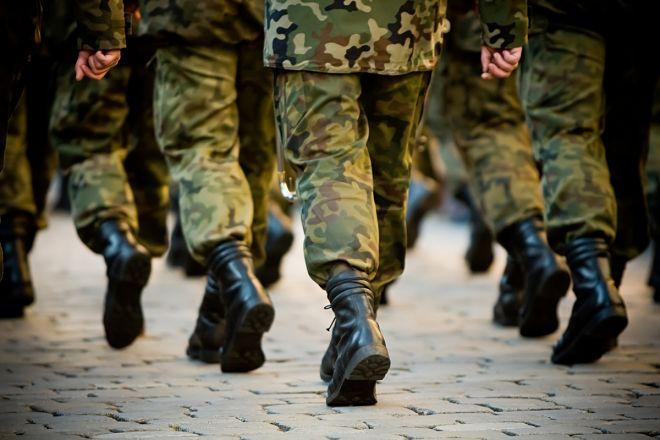 Солдаты идут по долгу службы