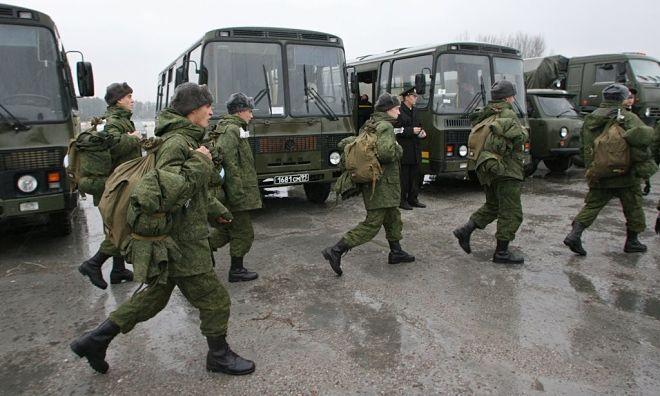 Солдаты идут с рюкзаками