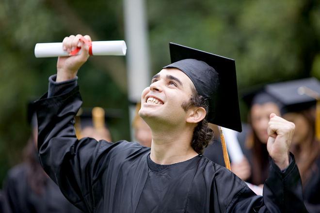 Студенты после окончания колледжа