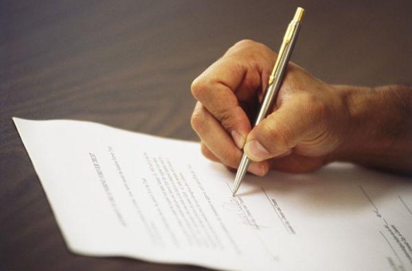 Пишет заявление в полицию об украденном документе