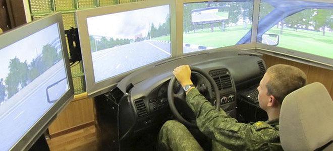 Солдат учится управлять военно техникой